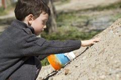 Concentrazione del bambino s mentre giocando Fotografia Stock