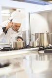 Concentrazione dell'alimento dell'assaggio del cuoco unico capo dalla siviera immagini stock libere da diritti