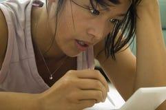 Concentrazione femminile del gamer Fotografia Stock Libera da Diritti