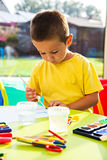 Concentreerde weinig jongen het schilderen royalty-vrije stock afbeelding