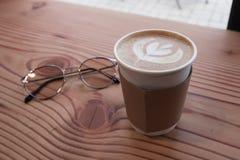 Concentrez sur la tasse de café sur la table en bois Image stock
