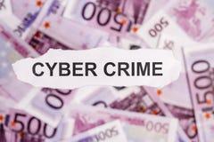 Concentrez sur le CRIME de mot CYBER sur le morceau de livre blanc déchiré avec Photo libre de droits