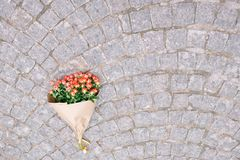 Concentrez sur le groupe de roses en papier de métier sur la rue de gris de pavage Photos stock