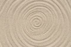 Concentrisch cirkelspatroon op de natuurlijke achtergrond van de zandtextuur royalty-vrije stock foto