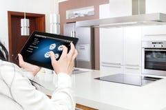 Concepção da cozinha esperta controlada pela aplicação da tabuleta Fotografia de Stock
