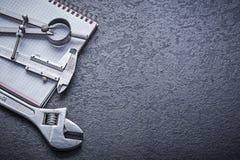 Concep конструкции тетради разводного гаечного ключа крумциркуля рассекателя Стоковое фото RF