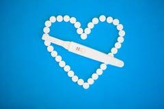 Concep de planification de grossesse Positif d'essai de grossesse avec le stri deux Photos stock