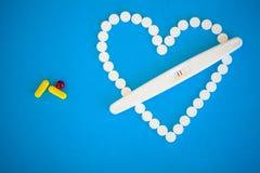 Concep de planification de grossesse Positif d'essai de grossesse avec le stri deux Images stock