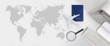 Concep för semester för tur för flygresa för boka och sökandeflygbiljett royaltyfri bild