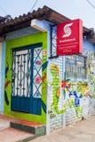 CONCEPCIÓN DE ATACO, EL SALVADOR - 3. APRIL 2016: Colorfuly malte Bankgebäude in villag Concepción de Ataco stockbild