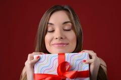 Concepr van langverwacht ontvangen stelt op Kerstmis voor Sluit omhoog fotoportret van aantrekkelijke mooie dame met roze lippenl royalty-vrije stock fotografie