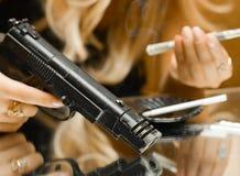 Conceprt de mordu - argent, canon et drogues sur le miroir photos stock