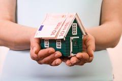 Concept à la maison d'assurance avec d'euro billets de banque Images libres de droits