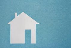 Concept à la maison Maison de livre blanc sur le fond texturisé bleu avec l'espace libre Assurance de maison et de famille Images stock