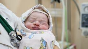 Concept à la maison de maternité Un bébé Juste-né sur des mains de docteur le bébé 2-hours est endormi Concept neuf de durée Enfa banque de vidéos