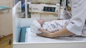 Concept à la maison de maternité Un bébé Juste-né sur des mains de docteur le bébé 2-hours est endormi Concept neuf de durée Enfa clips vidéos