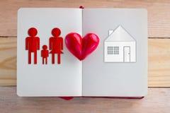 Concept à la maison doux à la maison avec la coupe de famille et de papier à la maison Photo libre de droits