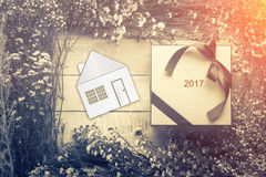 Concept à la maison doux à la maison avec le modèle de maison avec la fleur et la feuille franc Photographie stock libre de droits