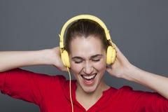Concept à la mode d'écouteurs pour la belle fille à la mode Photographie stock libre de droits