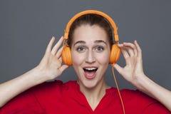 Concept à la mode d'écouteurs pour la fille 20s attirante Photo libre de droits