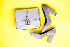 Concept à la mode d'accessoires Chaussures pour des femmes avec les talons hauts et le sac épais, vue supérieure Paires de haute  Images libres de droits