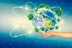 Concept écologique de l'environnement avec la culture des arbres au sol dans les mains La terre de planète physique Photo libre de droits