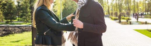 Concept élégant de grossesse - plan rapproché du portrait des couples des hippies mari et épouse dans des vêtements à la mode mar Image stock