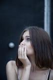 Concept émotif de crainte de portrait de jeune femme photos stock