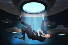 Concept étranger d'abduction Le jeune homme est enlevé par l'UFO Photos stock