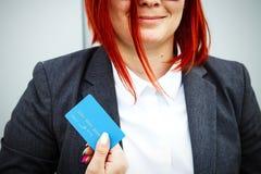 Concept aankopen, de bankwezendiensten Een vrouw in een kostuum en gl stock afbeeldingen