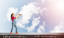 Concept achteloze gelukkige kinderjaren met meisje die deze wereld onderzoeken Royalty-vrije Stock Foto