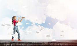 Concept achteloze gelukkige kinderjaren met meisje die deze wereld onderzoeken Royalty-vrije Stock Afbeelding