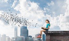 Concept achteloze gelukkige kinderjaren met meisje die deze wereld onderzoeken Stock Afbeelding