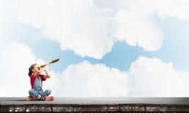 Concept achteloze gelukkige kinderjaren met meisje die deze wereld onderzoeken Stock Fotografie
