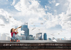 Concept achteloze gelukkige kinderjaren met meisje die deze wereld onderzoeken Stock Foto
