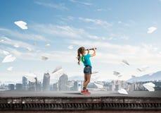 Concept achteloze gelukkige kinderjaren met meisje die deze wereld onderzoeken Stock Foto's