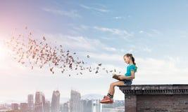 Concept achteloze gelukkige kinderjaren met meisje die deze wereld onderzoeken Stock Afbeeldingen