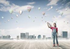 Concept achteloze gelukkige kinderjaren met meisje het dromen over som Stock Foto's