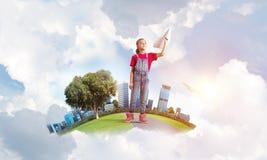 Concept achteloze gelukkige kinderjaren met meisje het dromen over toekomst Stock Foto