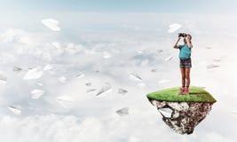 Concept achteloze gelukkige kinderjaren met meisje het kijken in binocul Royalty-vrije Stock Foto's