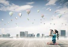 Concept achteloze gelukkige kinderjaren met meisje het kijken in binocul Royalty-vrije Stock Foto