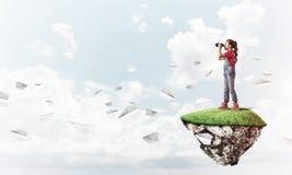 Concept achteloze gelukkige kinderjaren met meisje het kijken in binocul Royalty-vrije Stock Afbeelding