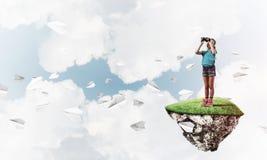 Concept achteloze gelukkige kinderjaren met meisje het kijken in binocul Royalty-vrije Stock Fotografie