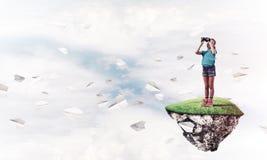 Concept achteloze gelukkige kinderjaren met meisje het kijken in binocul Stock Foto