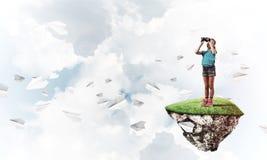 Concept achteloze gelukkige kinderjaren met meisje het kijken in binocul Stock Afbeeldingen