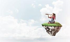 Concept achteloze gelukkige kinderjaren met meisje het kijken in spyglas Royalty-vrije Stock Fotografie
