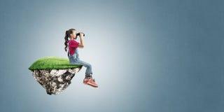 Concept achteloze gelukkige kinderjaren met meisje het kijken in verrekijkers Royalty-vrije Stock Afbeelding