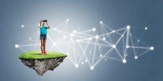 Concept achteloze gelukkige kinderjaren met meisje het kijken in verrekijkers Royalty-vrije Stock Foto
