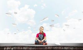 Concept achteloze gelukkige kinderjaren met meisje van schoolleeftijd het smilling Stock Afbeeldingen
