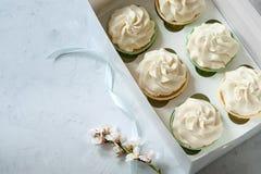 Concept actuel Fleurs blanches et boîte-cadeau frais avec des petits gâteaux sur la table en bois Endroit pour l'inscription Jour Image stock